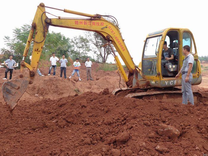 挖掘机驾驶与维护.jpg